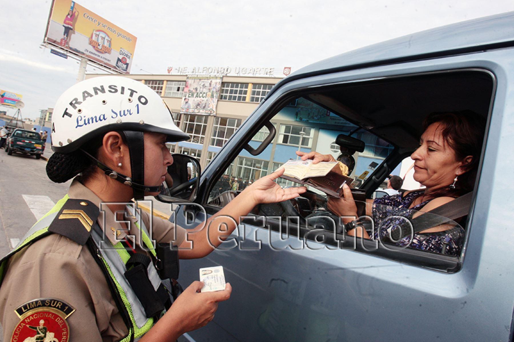Lima – 25 febrero 2011 / Policía Nacional de tránsito, solicita documentos a conductora de vehículo escolar.   Foto: Archivo EL PERUANO