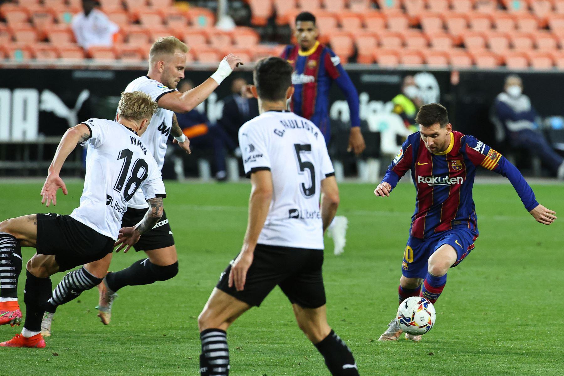 El delantero argentino del Barcelona Lionel Messi  patea el balón durante el partido de fútbol de la Liga española entre Valencia y Barcelona. Foto: AFP