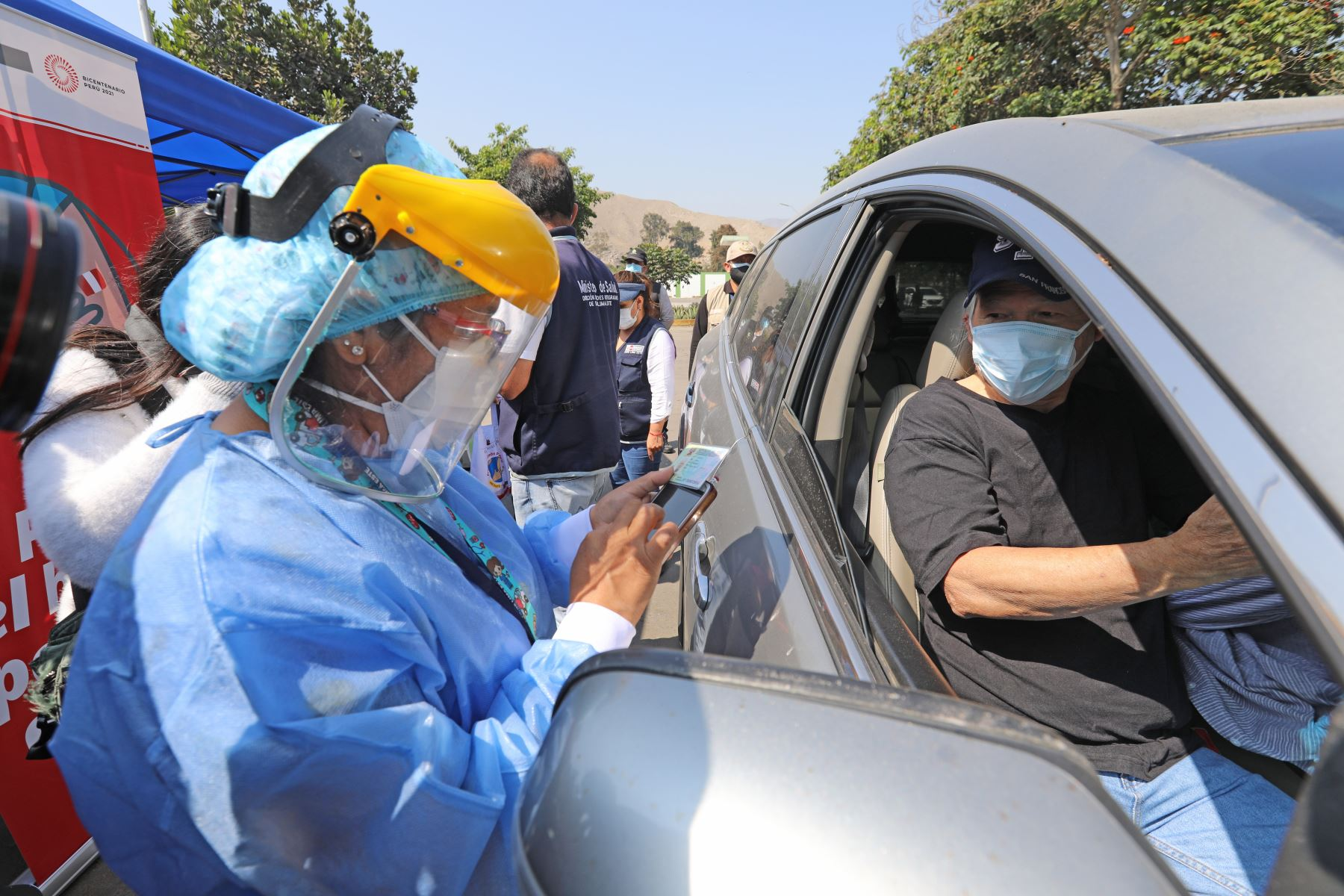 Ministro de Salud, Óscar Ugarte supervisa vacunación de adultos mayores en La Molina Foto: Minsa