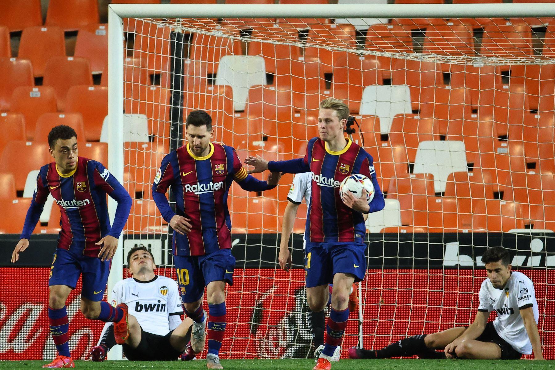 El delantero argentino del Barcelona Lionel Messi  celebra su gol con sus compañeros durante el partido de fútbol de la Liga española entre Valencia y Barcelona. Foto: AFP