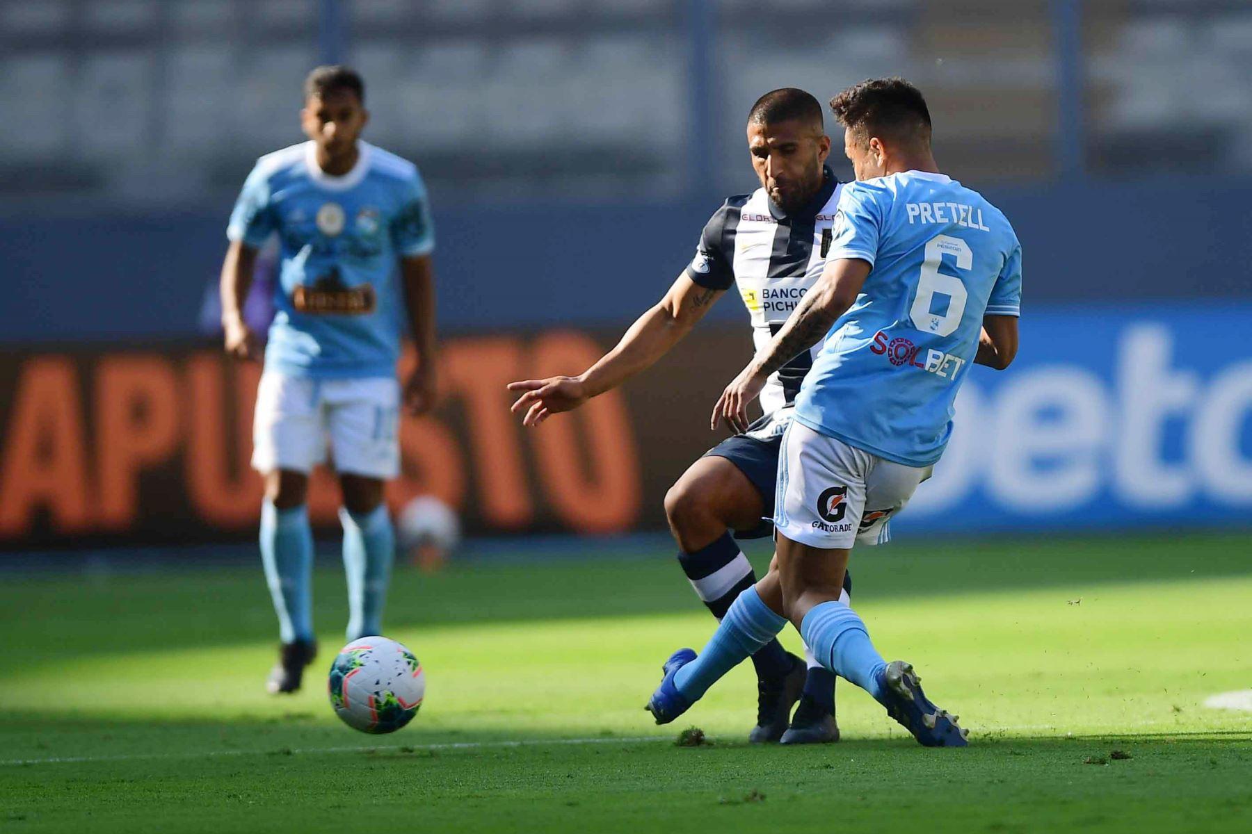 El jugador J. Pretell  de Cristal disputa el balón con el jugador de Alianza Lima  por la sexta fecha de la fase 1, en el estadio Nacional .  Foto: Liga 1