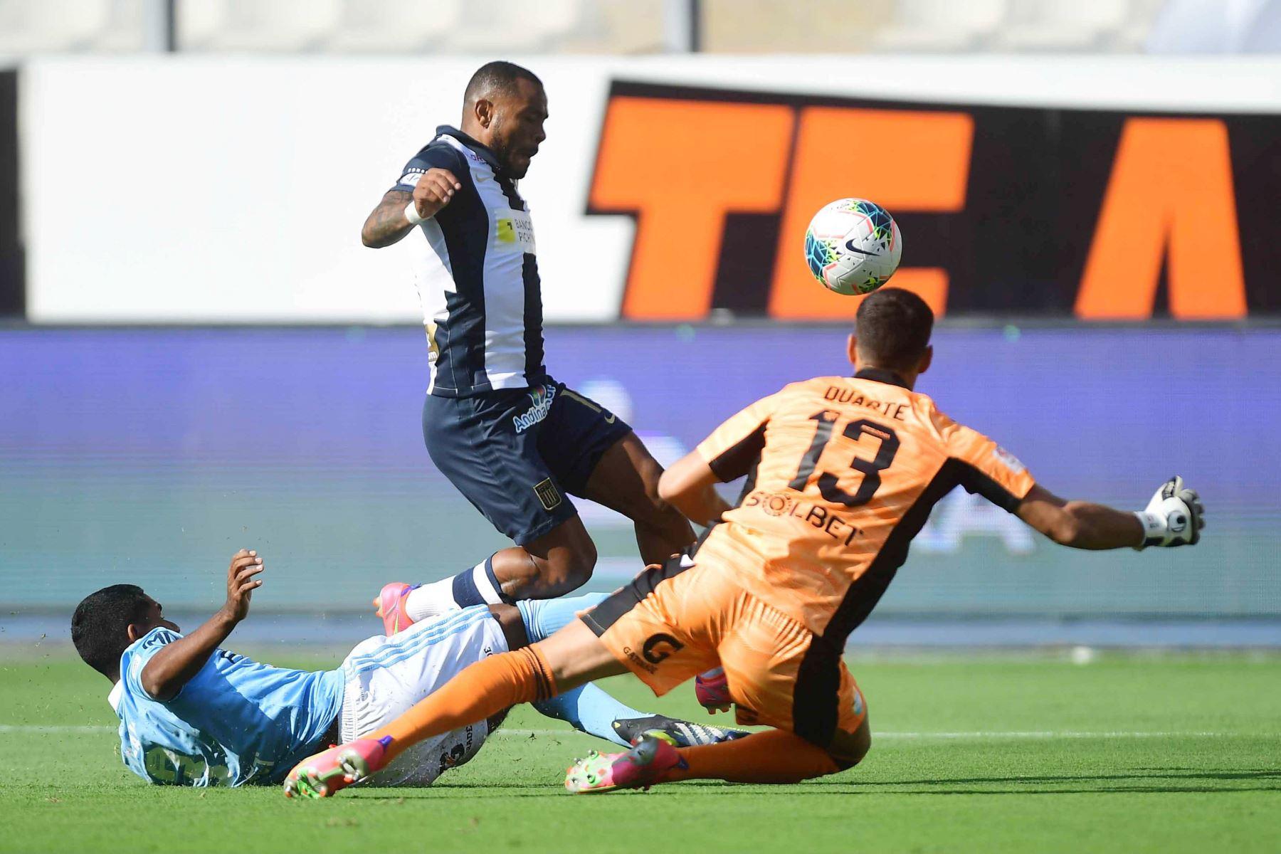 El jugador W. Aguirre de Alianza Lima disputa el balón con el jugador de Cristal  por la sexta fecha de la fase 1, en el estadio Nacional .  Foto: Liga 1