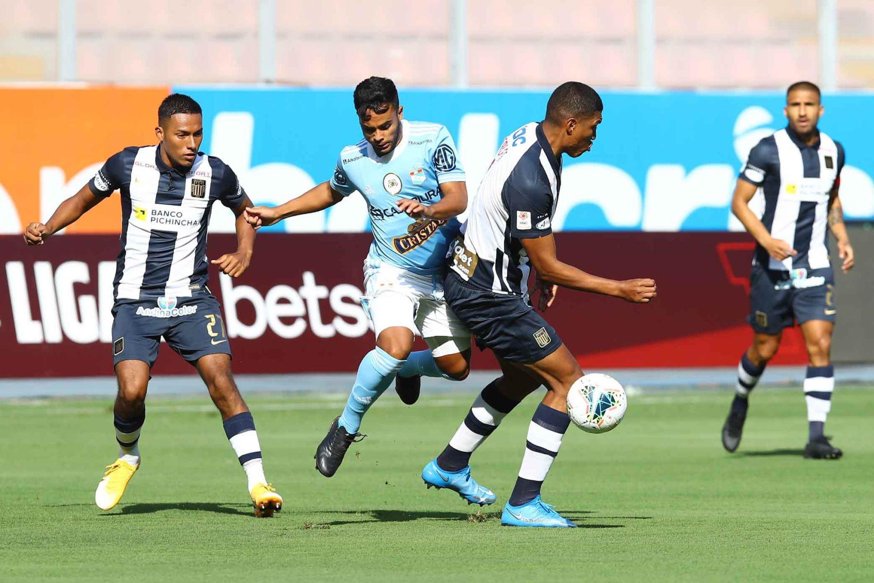 El jugador Valenzuela de Alianza Lima disputa el balón con el jugadores de Cristal  por la sexta fecha de la fase 1, en el estadio Nacional .  Foto: Liga 1