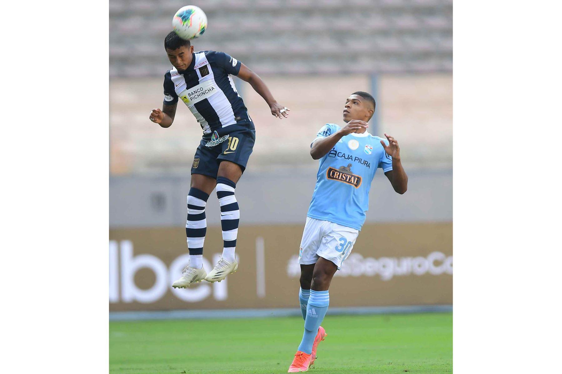 El jugador P. Lisa  de Cristal disputa el balón con el jugador de Alianza Lima  por la sexta fecha de la fase 1, en el estadio Nacional .  Foto: Liga 1