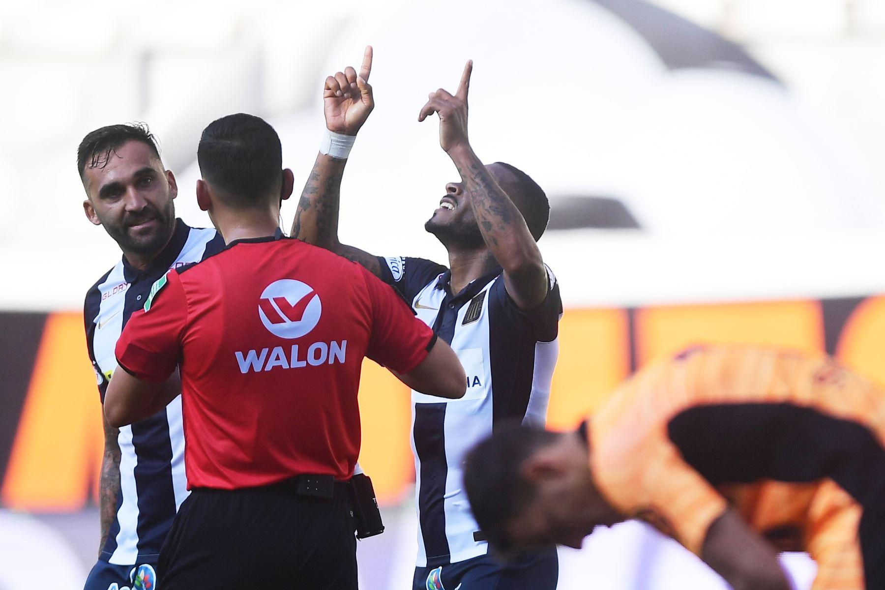 El jugador W. Aguirre de Alianza Lima celebra su gol anotado ante el club Cristal  por la sexta fecha de la fase 1, en el estadio Nacional .  Foto: Liga 1