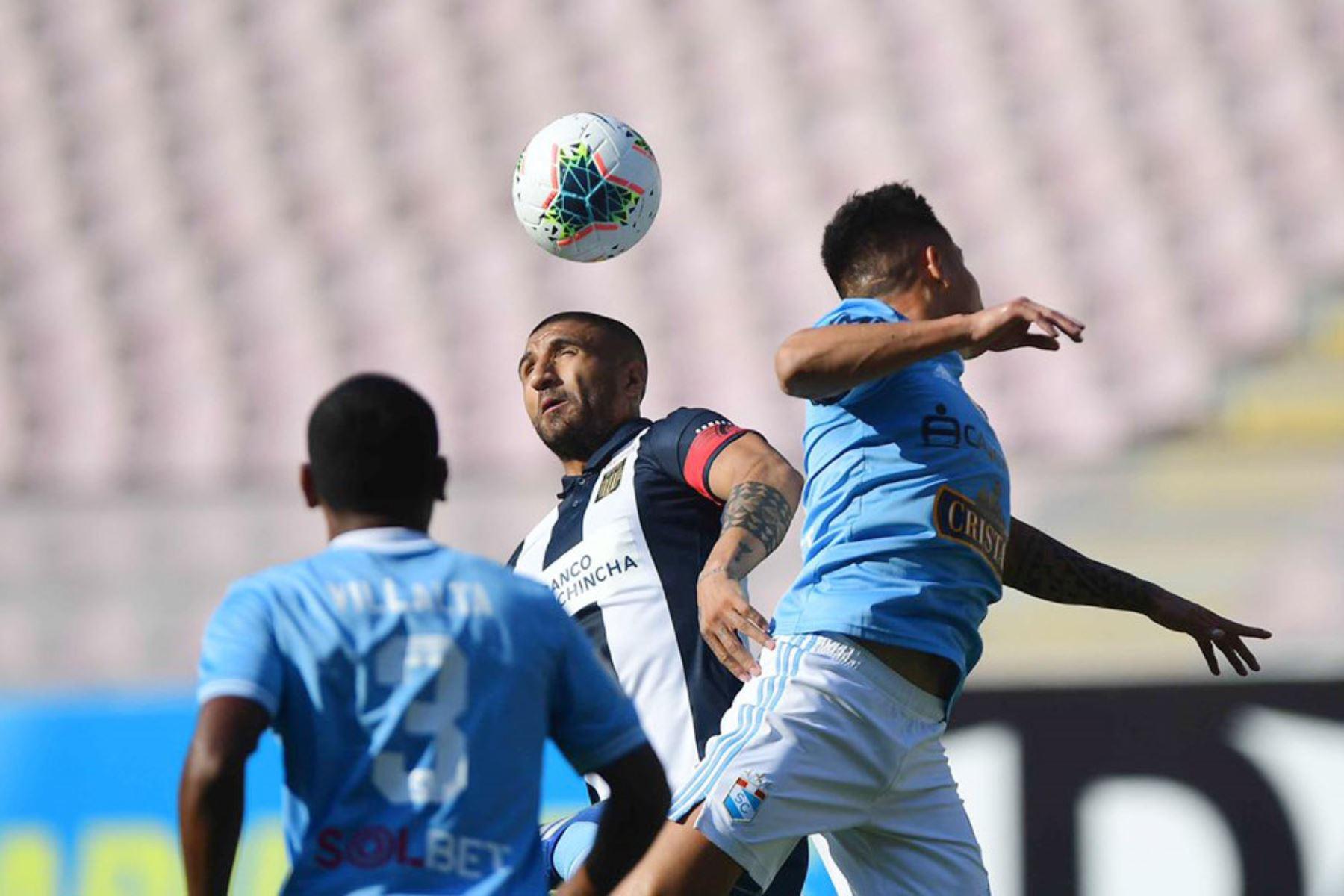 El jugador Villalta de Cristal disputa el balón con el jugador de Alianza Lima  por la sexta fecha de la fase 1, en el estadio Nacional .  Foto: Liga 1