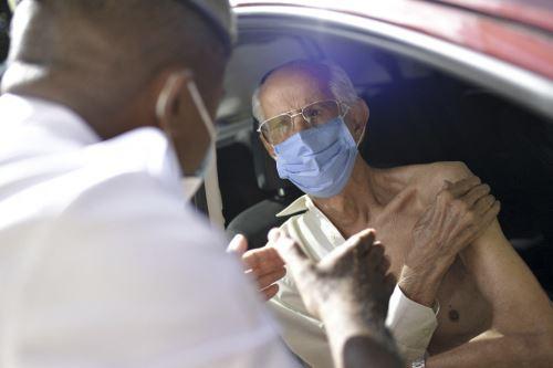 La ampliación de la vacunación a los adolescentes en los países ricos podría abrir campañas de vacunación a más personas, ampliando la desigualdad en materia de vacunas tan denunciada por la OMS. Foto: AFP.