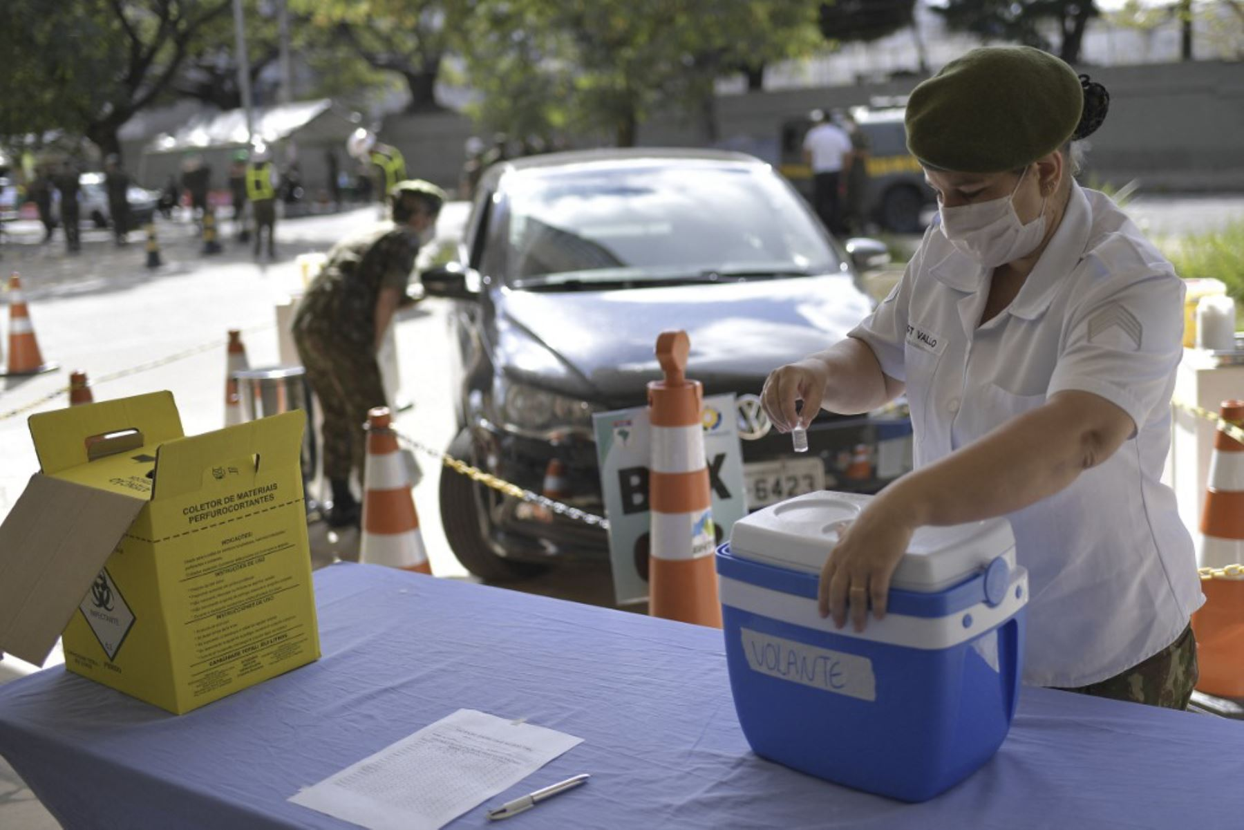 Personal militar del Ejército brasileño asiste a un centro de vacunación drive-through para inocular a ancianos mayores de 89 años con la segunda dosis de la vacuna AstraZeneca / Oxford contra el nuevo coronavirus, covid-19, en Belo Horizonte, Estado de Minas Gerais, Brasil. Foto: AFP