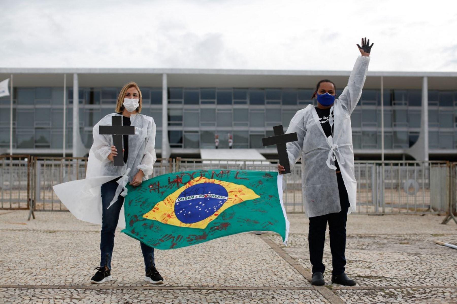 Enfermeras protestan contra el presidente brasileño Jair Bolsonaro y rinden homenaje a los trabajadores de la salud que murieron por complicaciones del nuevo coronavirus covid-19, durante una manifestación frente al Palacio Planalto, en Brasilia. Foto: AFP