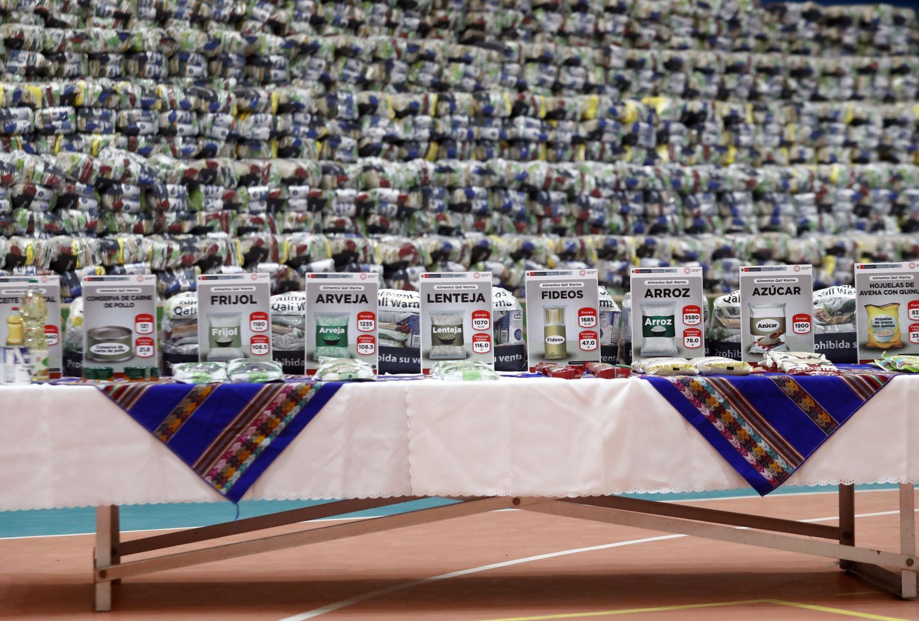 El presidente Francisco Sagasti, junto con la titular del Midis, Silvana Vargas, supervisa la entrega de alimentos de Qali Warma para la atención de personas vulnerables del distrito de Ventanilla.Foto: ANDINA/Prensa Presidencia