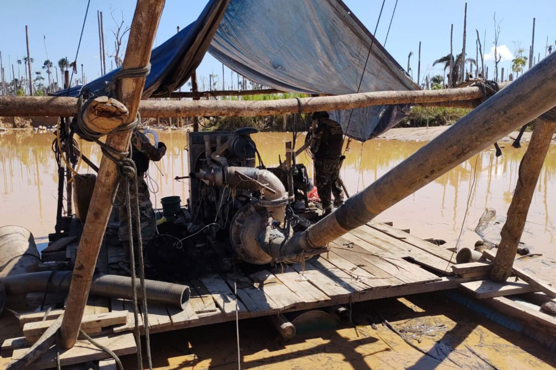 En la zona, se halló bienes destinados a la minería ilegal como 11 balsas, 19 motores, 11 caballetes metálicos, 11 bombas de succión, 200 tubos metálicos, etc  Foto: Policía Nacional de Perú