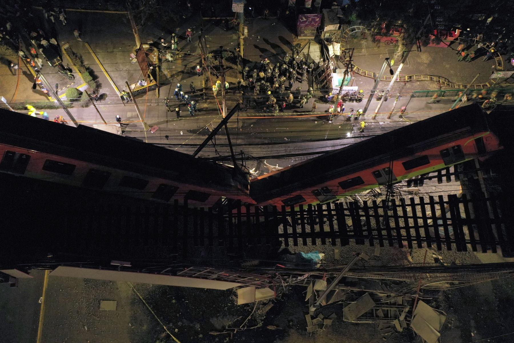 Rescatistas se reúnen en el lugar de un accidente de tren del metro después de que colapsara parcialmente en la Ciudad de México. Foto: AFP