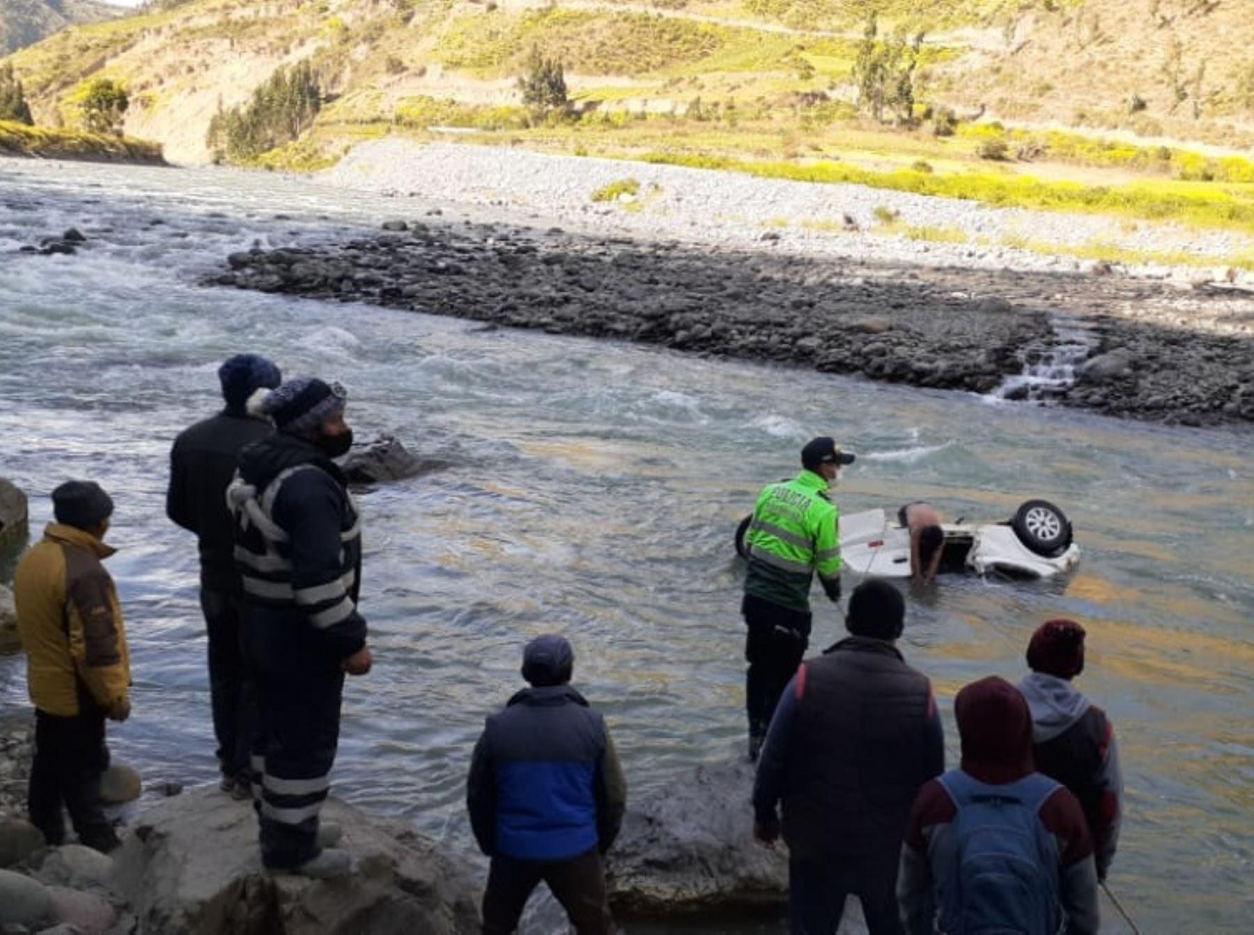 Vehículo sufre despiste y cae al río Mapacho, provincia de Paucartambo, en Cusco. El accidente dejó dos muertos, tres heridos y un desaparecido.