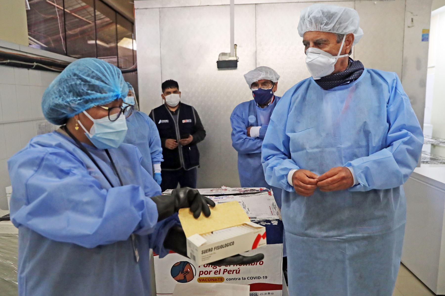 El presidente Francisco Sagasti, supervisó el protocolo de cadena de frío para vacunas contra la covid-19 y  entrego equipamiento médico UCI a la Diresa Áncash. Foto: ANDINA/ Prensa Presidencia