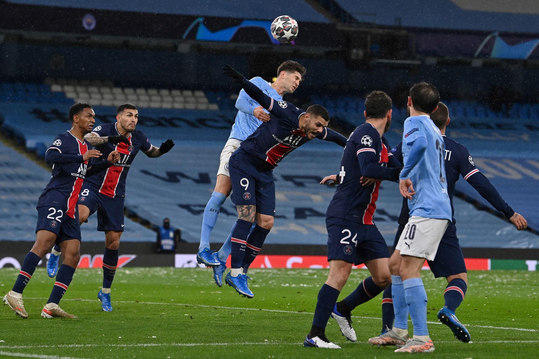 El defensor inglés del Manchester City John Stones  compite para cabecear el balón con el delantero argentino del Paris Saint-Germain Mauro Icardi durante semifinal de la Liga de Campeones de la UEFA. Foto: AFP