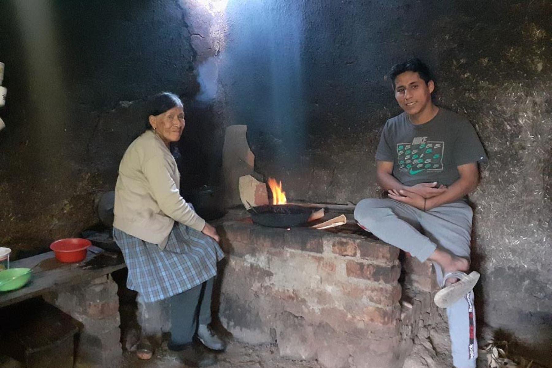 Y se hizo la luz, Walmer Herrera, estudiante del sexto ciclo de la carrera de Ingeniería Informática en la Universidad Nacional de Piura, llevó la luz a la casa de su abuela. Foto: ANDINA/Pronabec