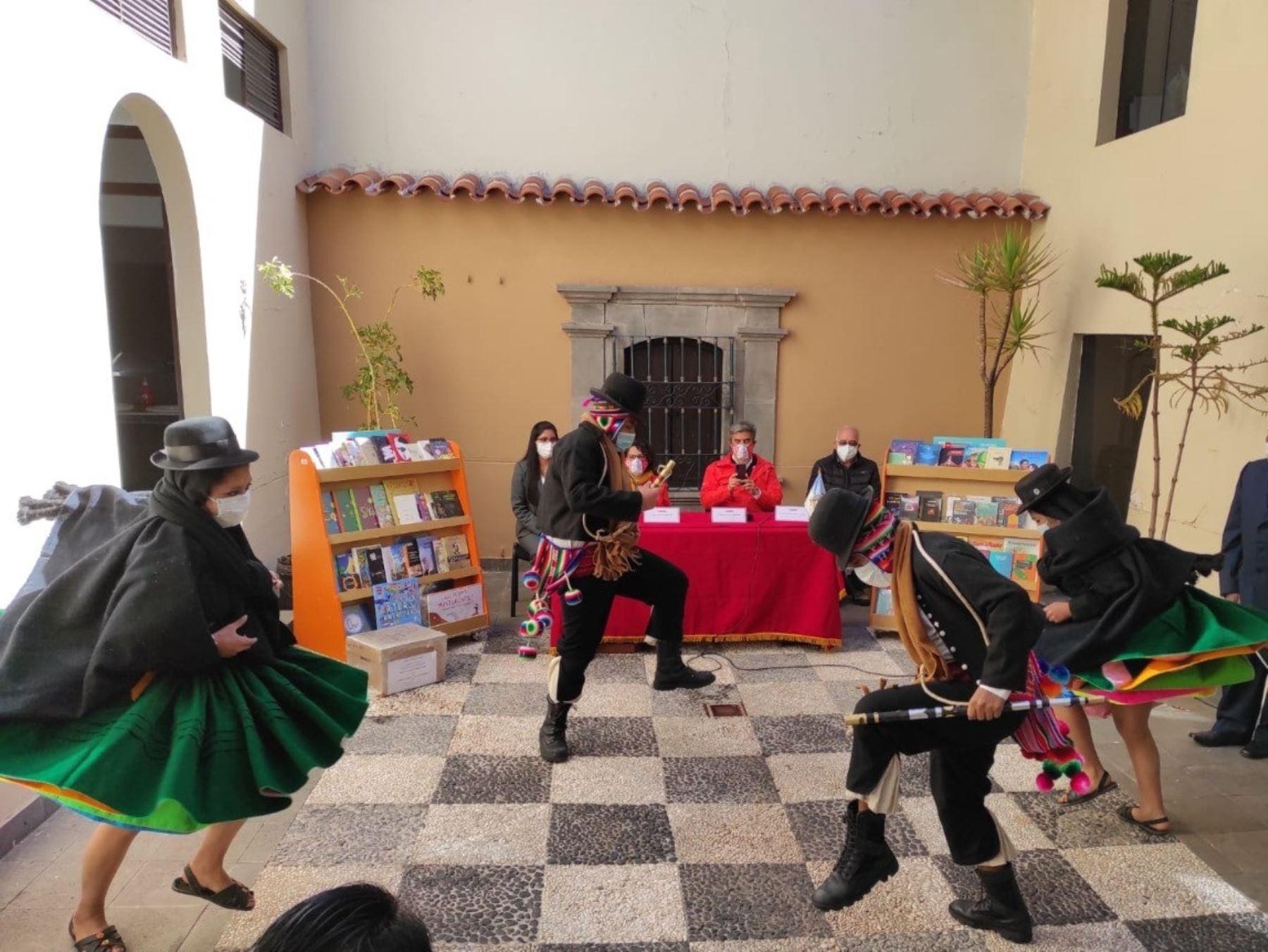 Ministro de Cultura, Alejandro Neyra, entregó libros y mobiliario en Puno, como parte de la campaña Perú Lee, que beneficiará a niños y jóvenes de esa región. ANDINA/Difusión