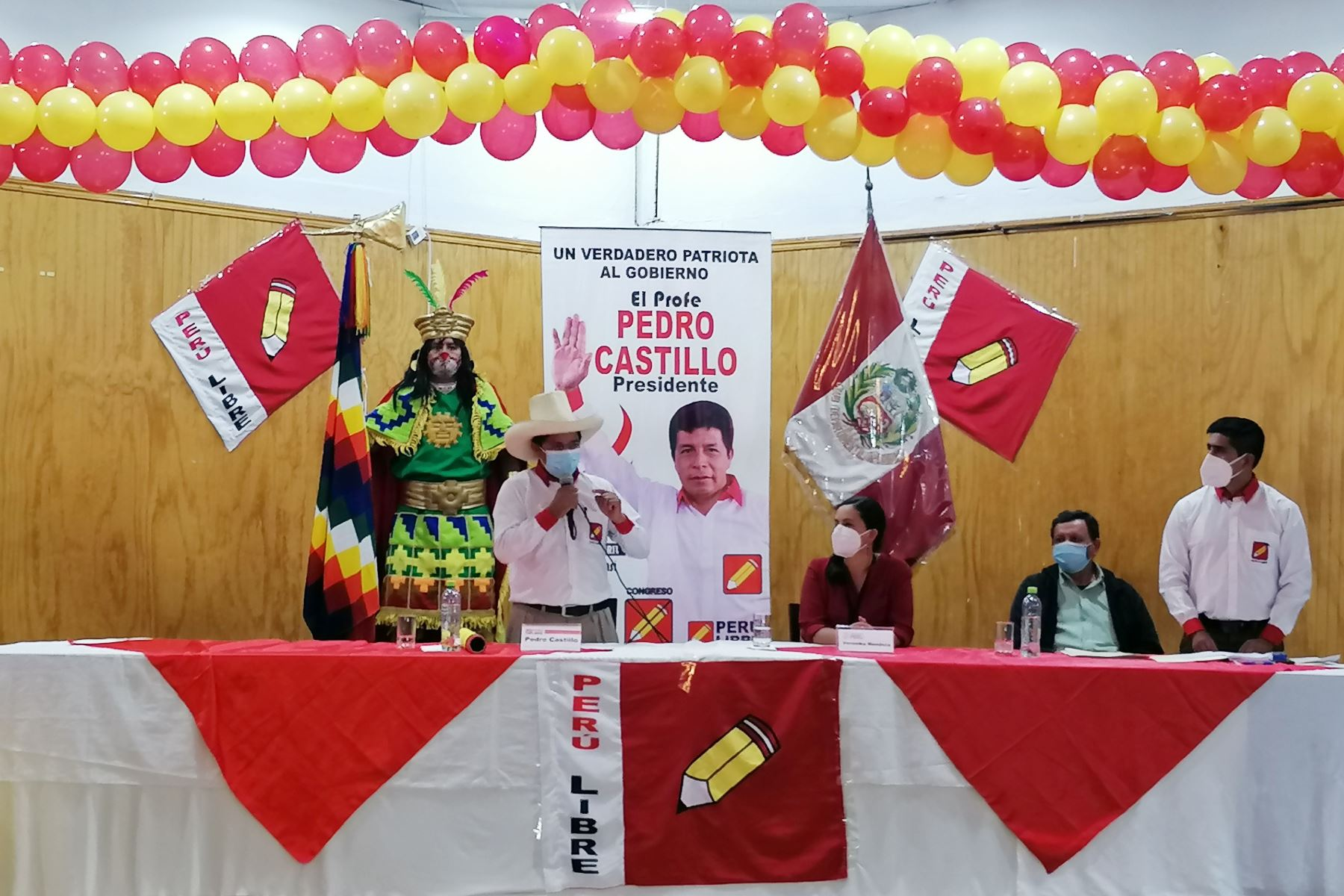 En conferencia de prensa el candidato de Perú Libre, Pedro Castillo suscribe compromiso con Veronica Mendoza de Juntos por el Perú con miras a la 2da vuelta electoral. Foto: ANDINA/Renato Pajuelo