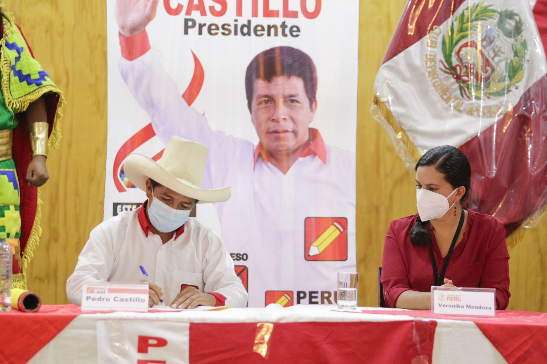 En conferencia de prensa el candidato de Perú Libre, Pedro Castillo suscribe compromiso con Verónica Mendoza de Juntos por el Perú con miras a la 2da vuelta electoral. Foto: ANDINA/Renato Pajuelo