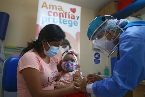Enfermeras madres de familia cumplen importante labor vacunando a la población en esta pandemia