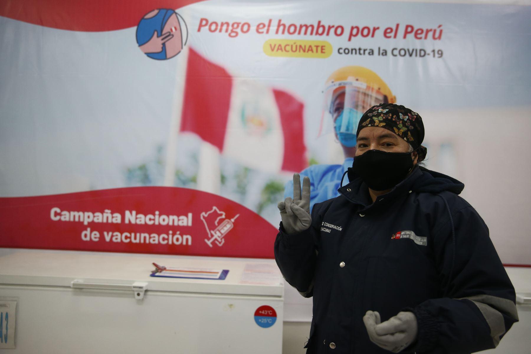 Flor Samudio, especialista en cadena de frío vacunas del DIRIS Lima Este de adulto mayor. Foto: Vidal Tarqui