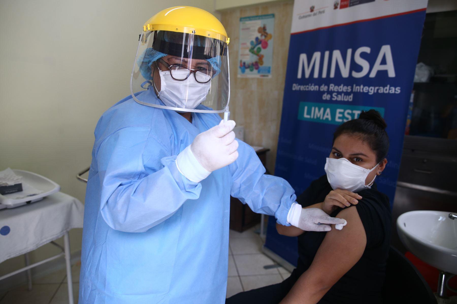 Mercedes Olortegui, vacunadora de adulto mayor. Se infecto con covid-19, de Centro de Salud de Matazango de la Molina. Foto:Vidal Tarqui