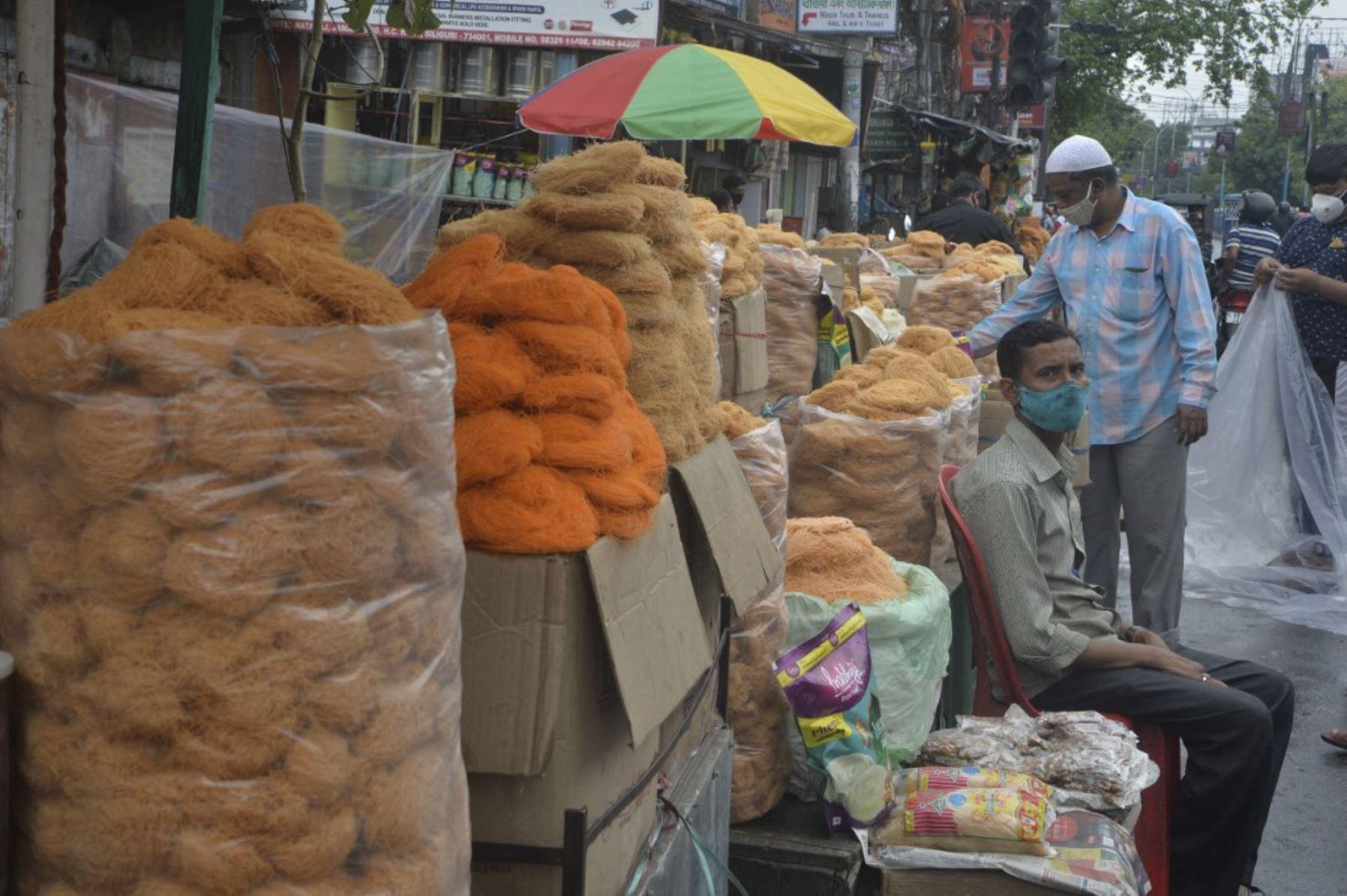 Un vendedor de fideos en un mercado durante el mes sagrado del Ramadán en Siliguri después de que el gobierno de Bengala Occidental impusiera un bloqueo parcial para frenar la propagación del coronavirus Covid-19. Foto: AFP