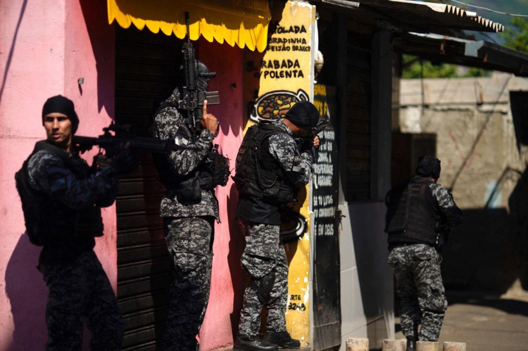 Agentes de la Policía Civil de Río son vistos durante una operación policial contra narcotraficantes en la favela Jacarezinho en el estado de Río de Janeiro, Brasil, el 6 de mayo de 2021. Foto: AFP