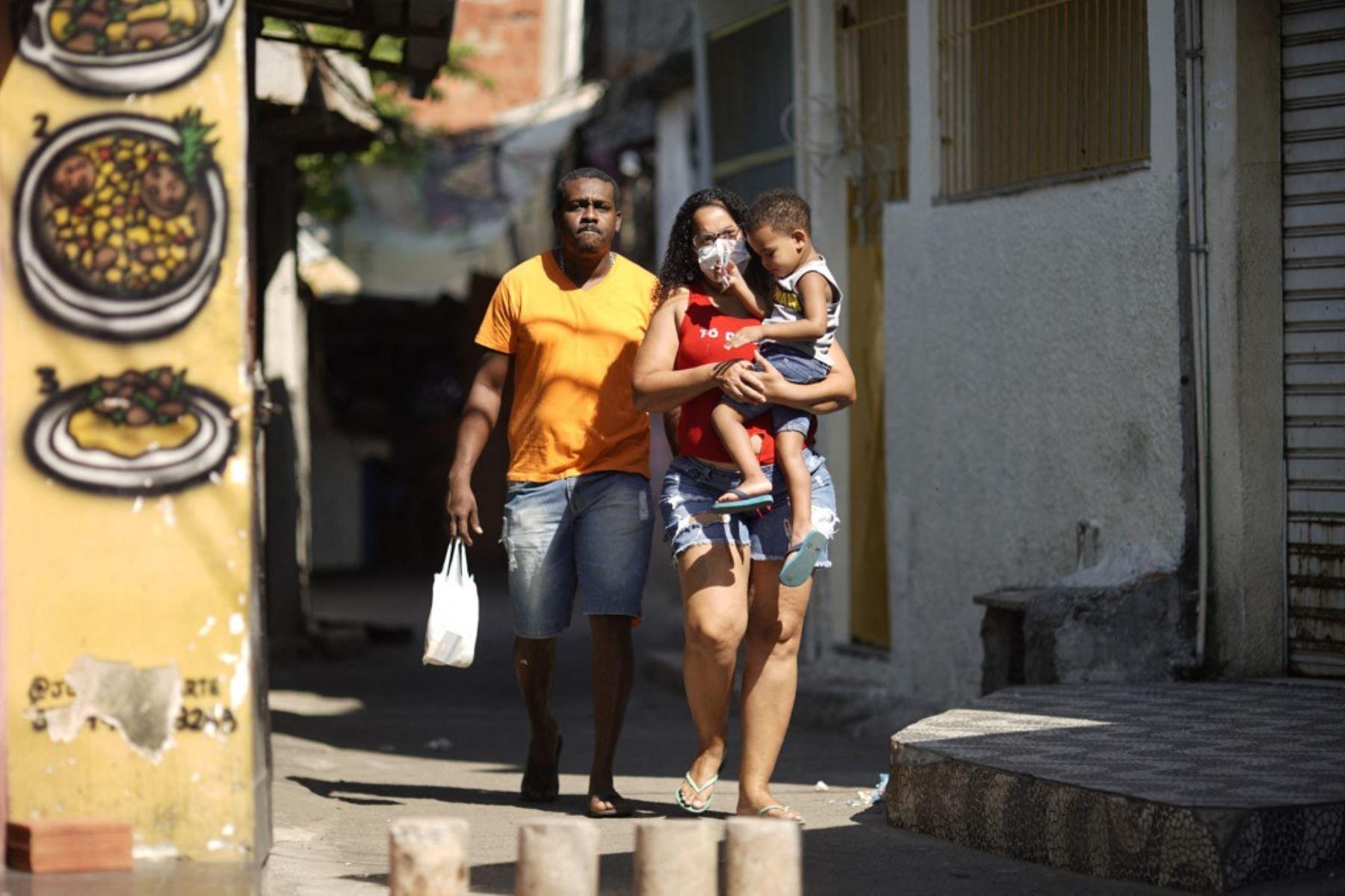 Los lugareños son vistos durante una operación policial contra narcotraficantes en la favela Jacarezinho en el estado de Río de Janeiro, Brasil, el 6 de mayo de 2021. Foto: AFP