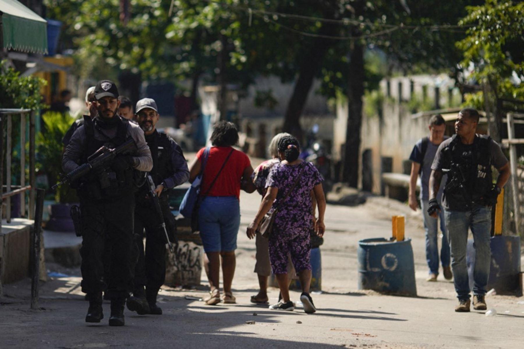 Agentes de la Policía Civil de Río son vistos durante un operativo policial contra narcotraficantes en la favela Jacarezinho en el estado de Río de Janeiro, Brasil, el 6 de mayo de 2021. Foto: AFP