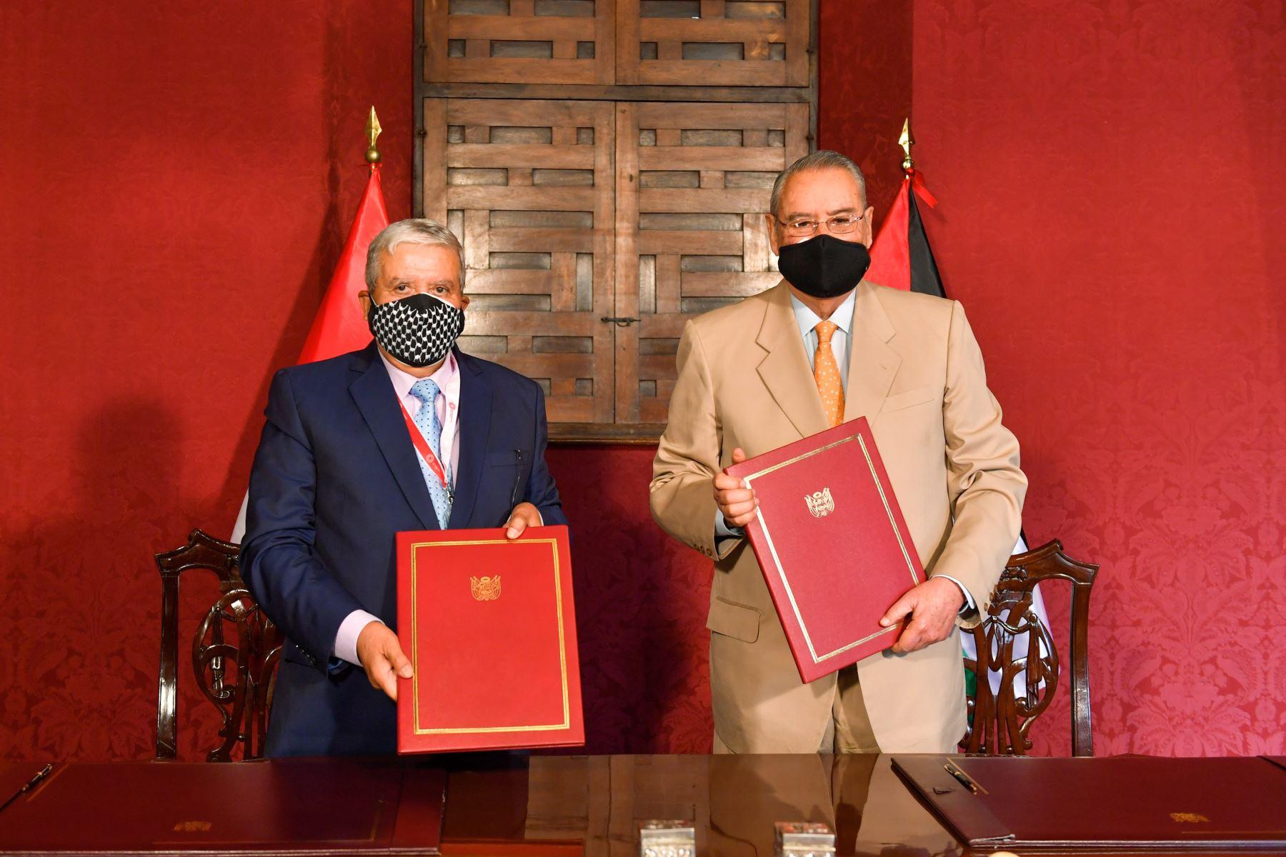 El Canciller Allan Wagner y el Embajador del Estado de Palestina, Walid Ibrahim Muaqqat, suscribieron el Acuerdo de Cooperación Técnica entre el Perú y Palestina, que fomentará la colaboración mutua para superar brechas hacia el logro de los Objetivos de Desarrollo Sostenible. Foto: Cancillería