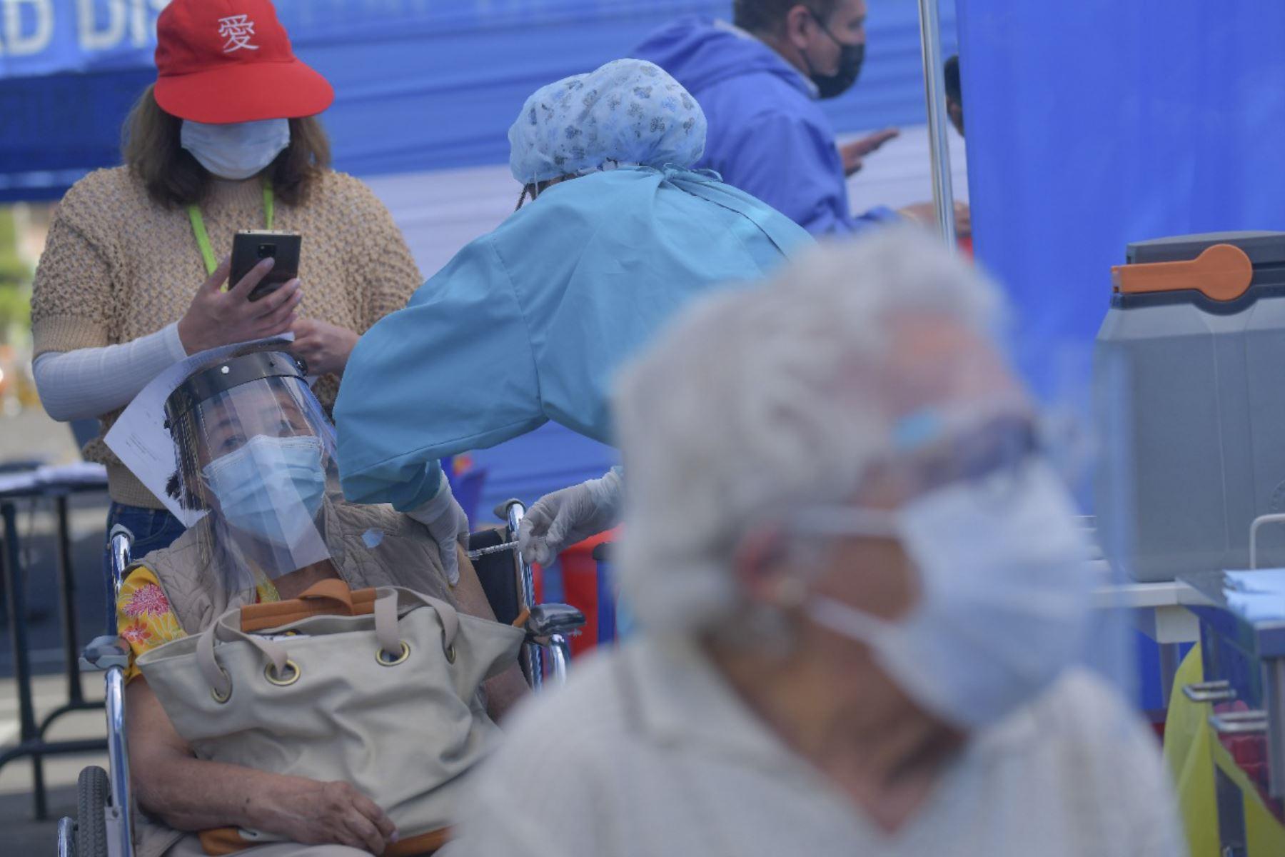 Vacunación a adultos mayores se realiza con mayor orden en Arequipa. El proceso de vacunación se realiza a 5.110 adultos mayores en los distritos de Mariano Melgar, Miraflores, Cayma y Socabaya. Municipios apoyan en el proceso de vacunación con la instalaron de baños químicos y en el orden. Foto: Diego Ramos