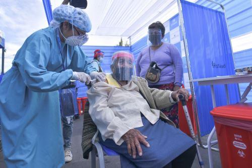 Continúa proceso de vacunación a adultos mayores de 80 años en Arequipa