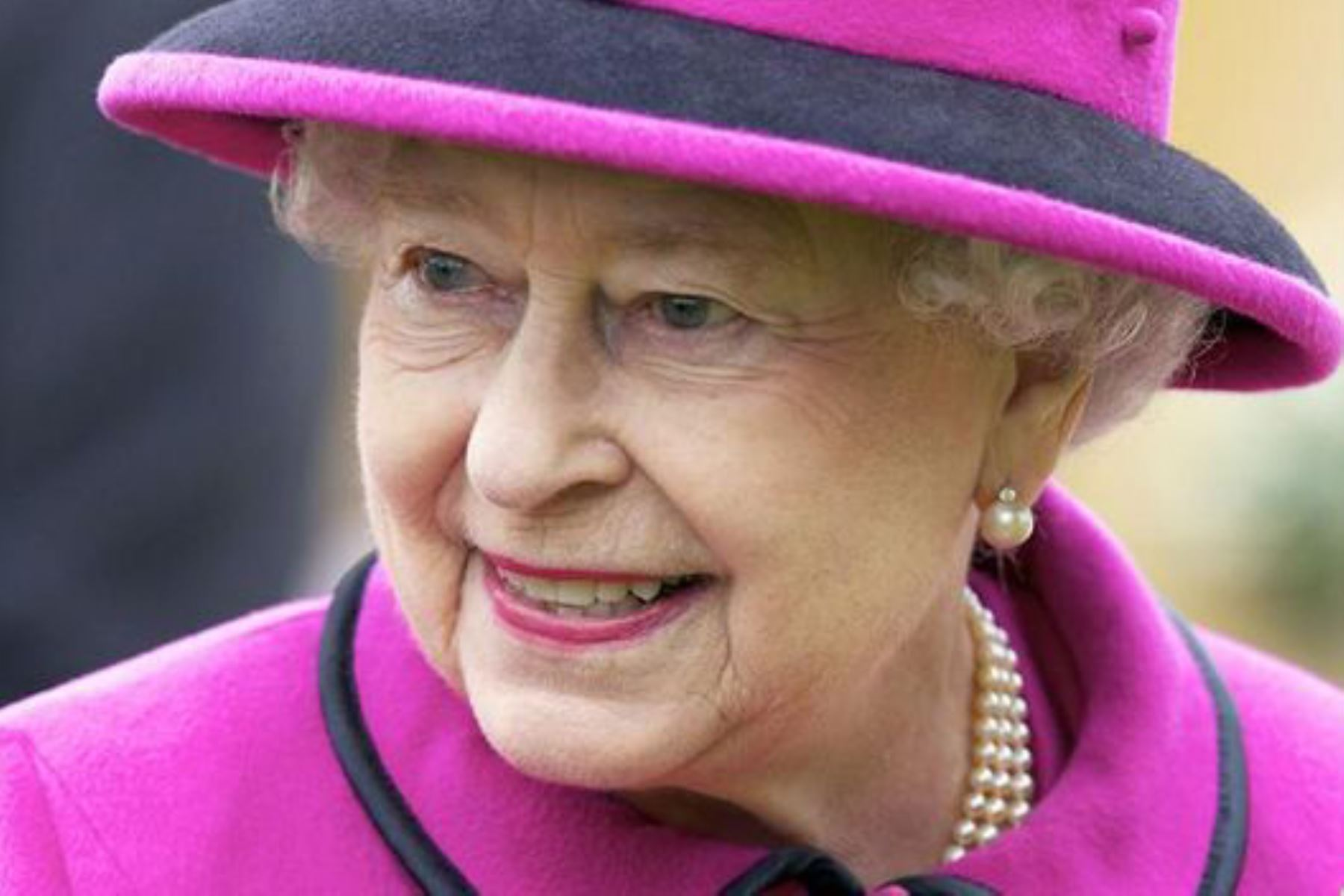 La reina Isabel II desea buena suerte a Inglaterra antes de la final de la Eurocopa