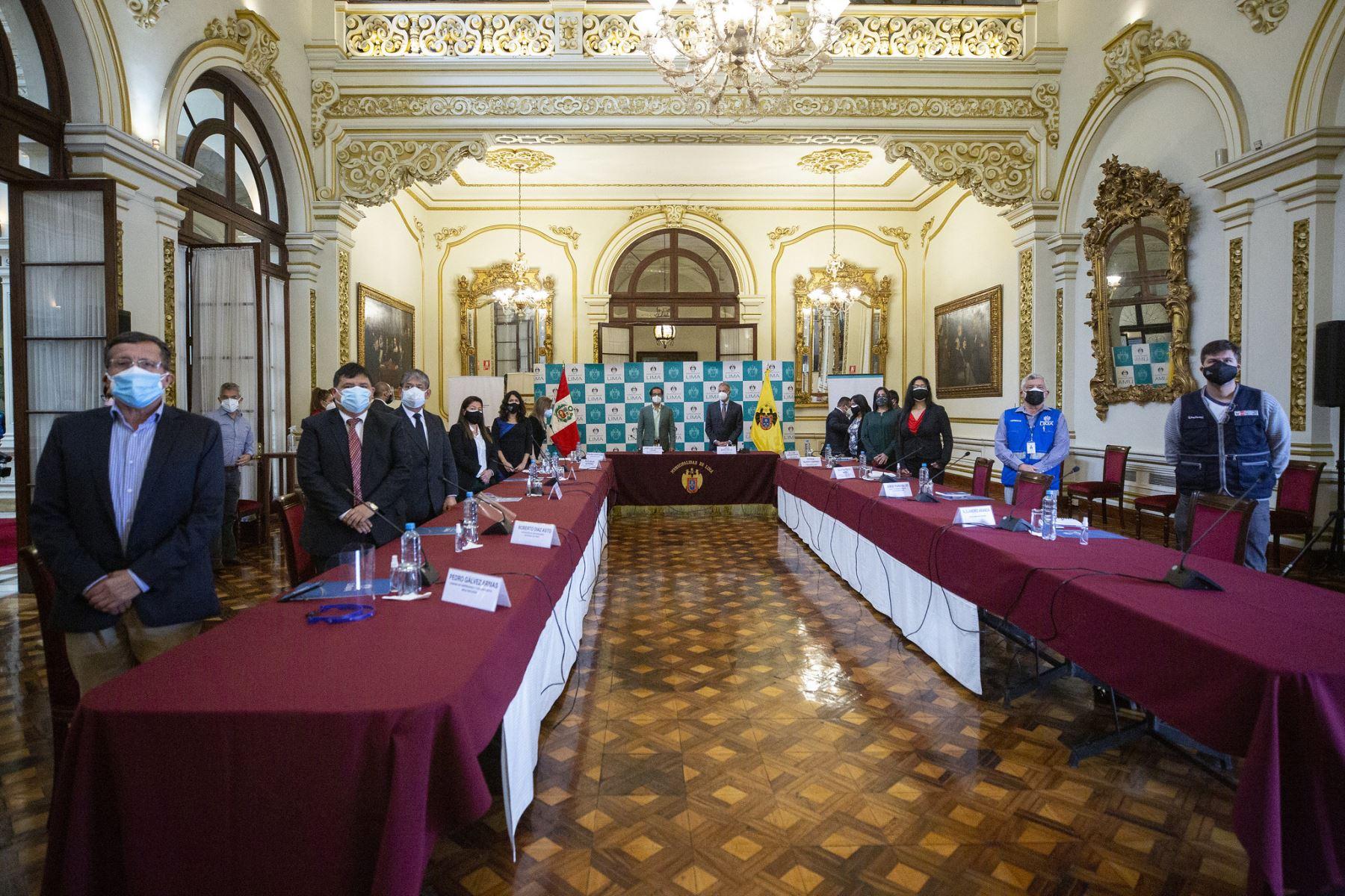 El alcalde de Lima Jorge Muñoz y el ministro de la Producción, José Luis Chicoma, instalan mesa técnica de trabajo con el objetivo de promover la reactivación económica segura y responsable en Mesa Redonda. Foto: ANDINA/Municipalidad de Lima
