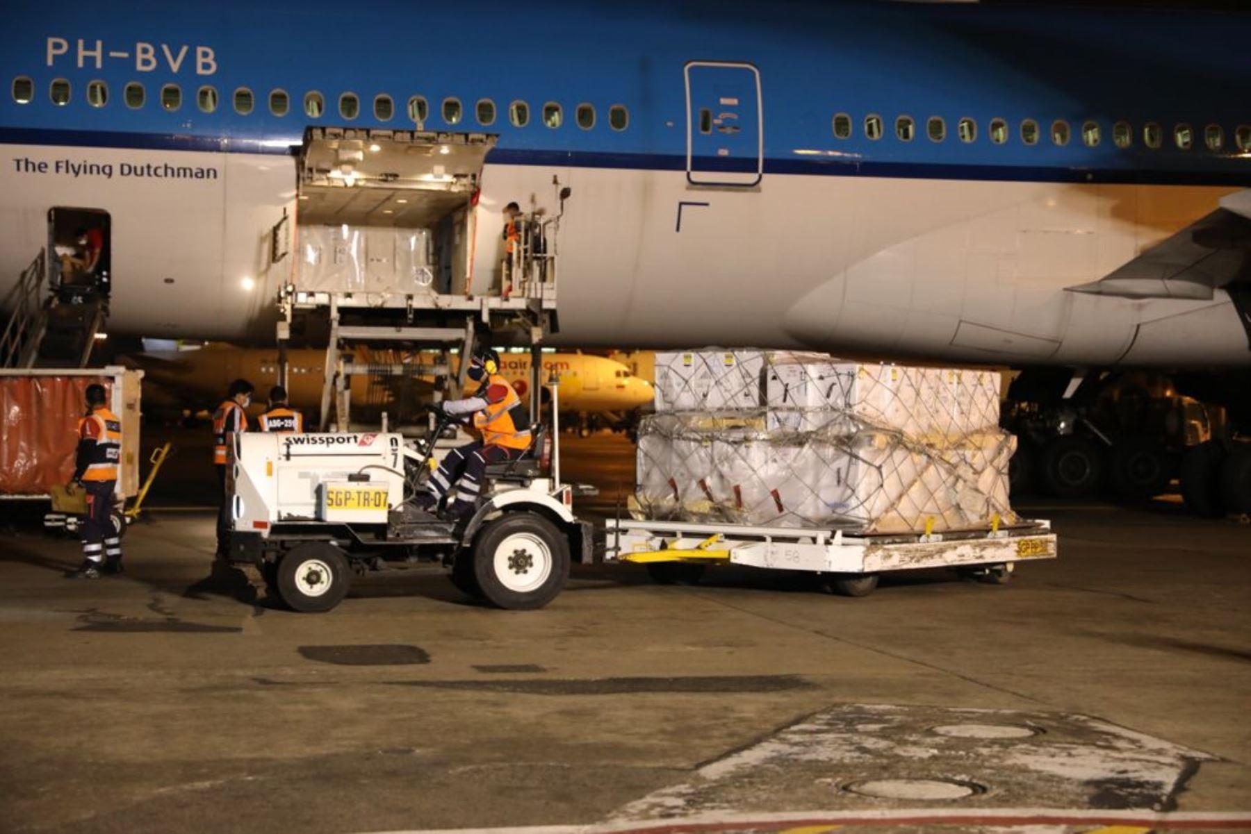 El ministro de Trabajo y Promoción del Empleo, Javier Palacios Gallegos, recibió esta noche 350 mil vacunas Pfizer, que llegaron en vuelo de KLM 743 desde Ámsterdam. Estas vacunas forman parte de un lote de 700 mil. Las 350 mil restantes llegarán este sábado. Foto: ANDINA/Difusión