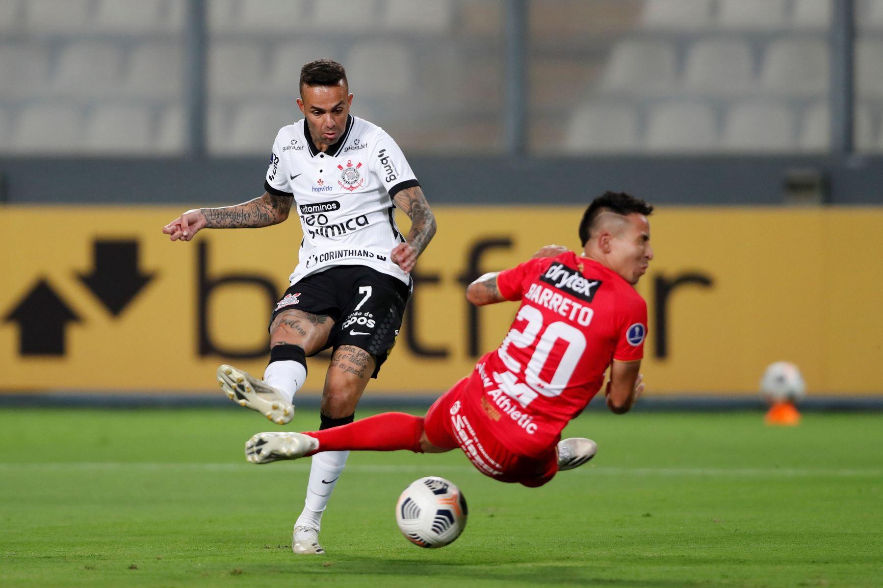 Luan de Jesús de Corinthians anota un gol durante partido de la Copa Sudamericana contra Sport Huancayo, en el estadio Nacional. Foto: EFE