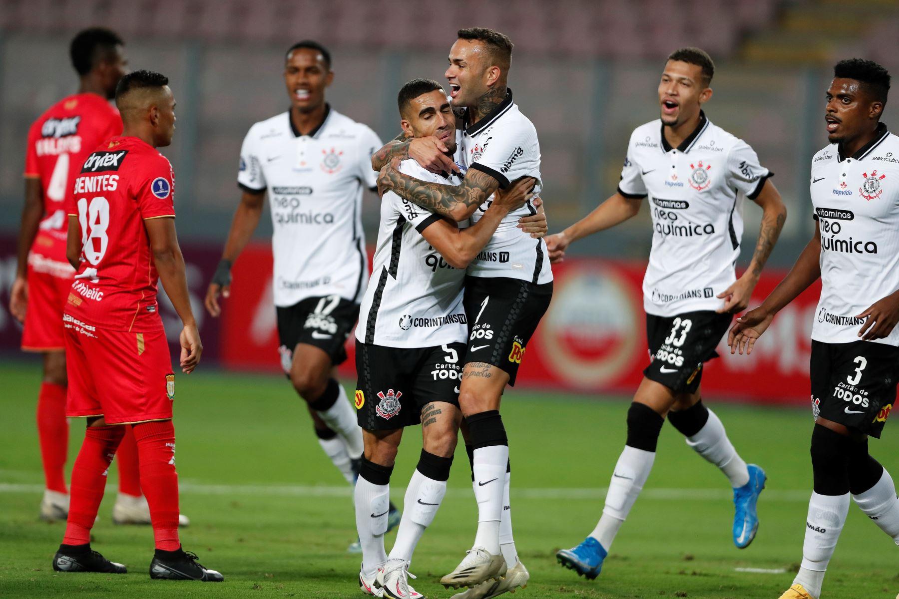 Luan de Jesús de Corinthians celebra un gol tras anotar ante Sport Huancayo por la Copa Sudamericana, en el Estadio Nacional. Foto: EFE