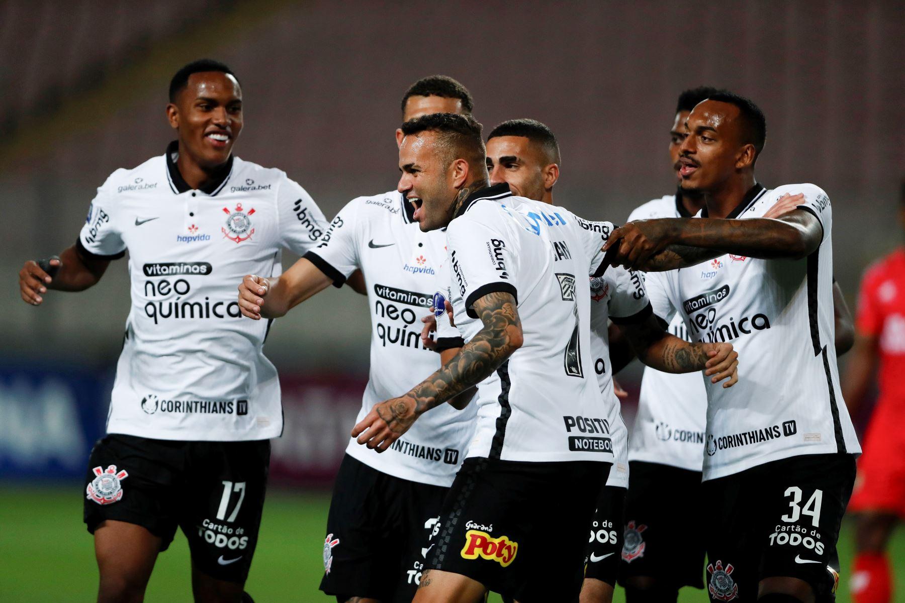 Luan de Jesús de Corinthians celebra tras anotar un gol ante Sport Huancayo durante partido por la Copa Sudamericana, en el Estadio Nacional. Foto: EFE