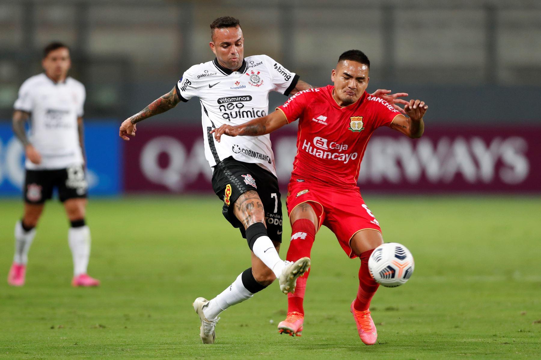 Moisés Velásquez de Sport Huancayo disputa un balón con Luan de Jesús de Corinthians durante partido por la Copa Sudamericana, en el Estadio Nacional. Foto: EFE