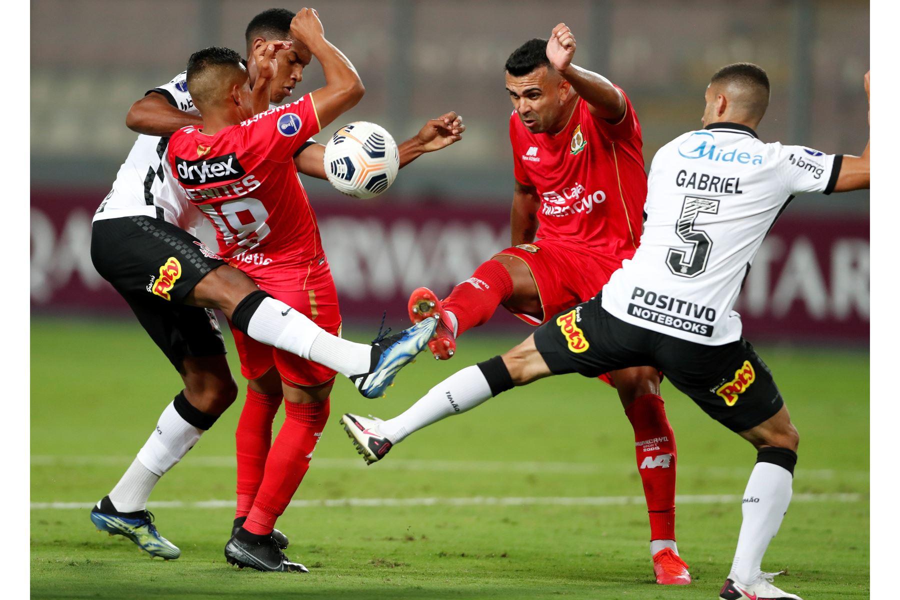 Luis Benites de Huancayo disputa un balón con Gabriel Girotto de Corinthians durante partido por la Copa Sudamericana en el Estadio Nacional. Foto: EFE