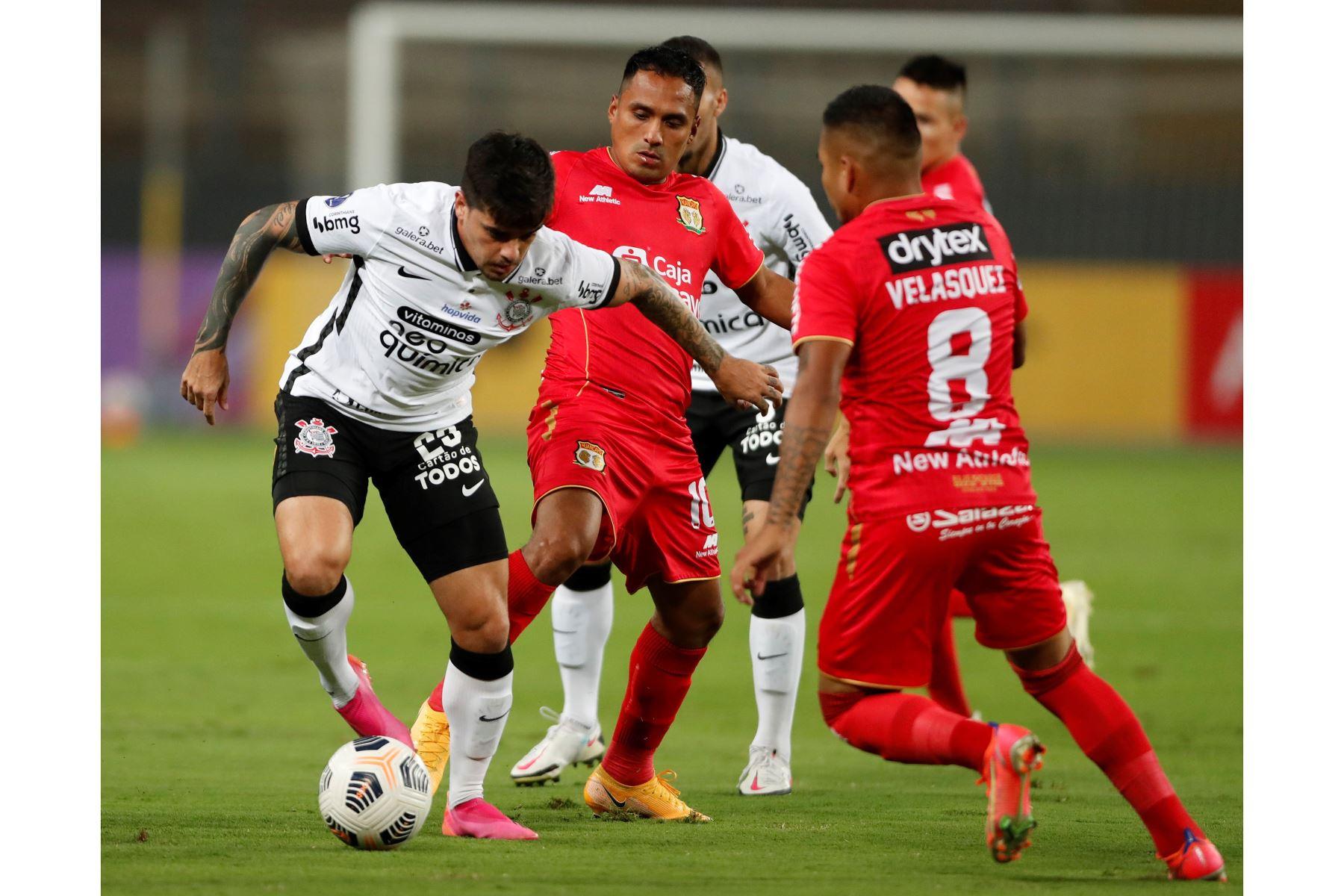 Marcos Lliuya de Huancayo disputa un balón con Fagner Lemos de Corinthians durante partido por la Copa Sudamericana, en el Estadio Nacional. Foto: EFE