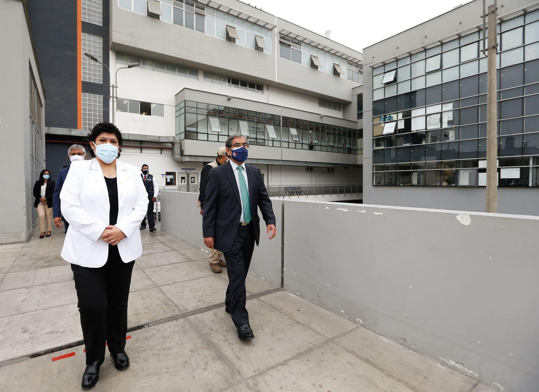 El ministro de Salud, Óscar Ugarte, participó en la ceremonia de inauguración de la planta de oxígeno donada por Respira Perú al Hospital de Emergencias covid-19 de Ate. Foto: Minsa
