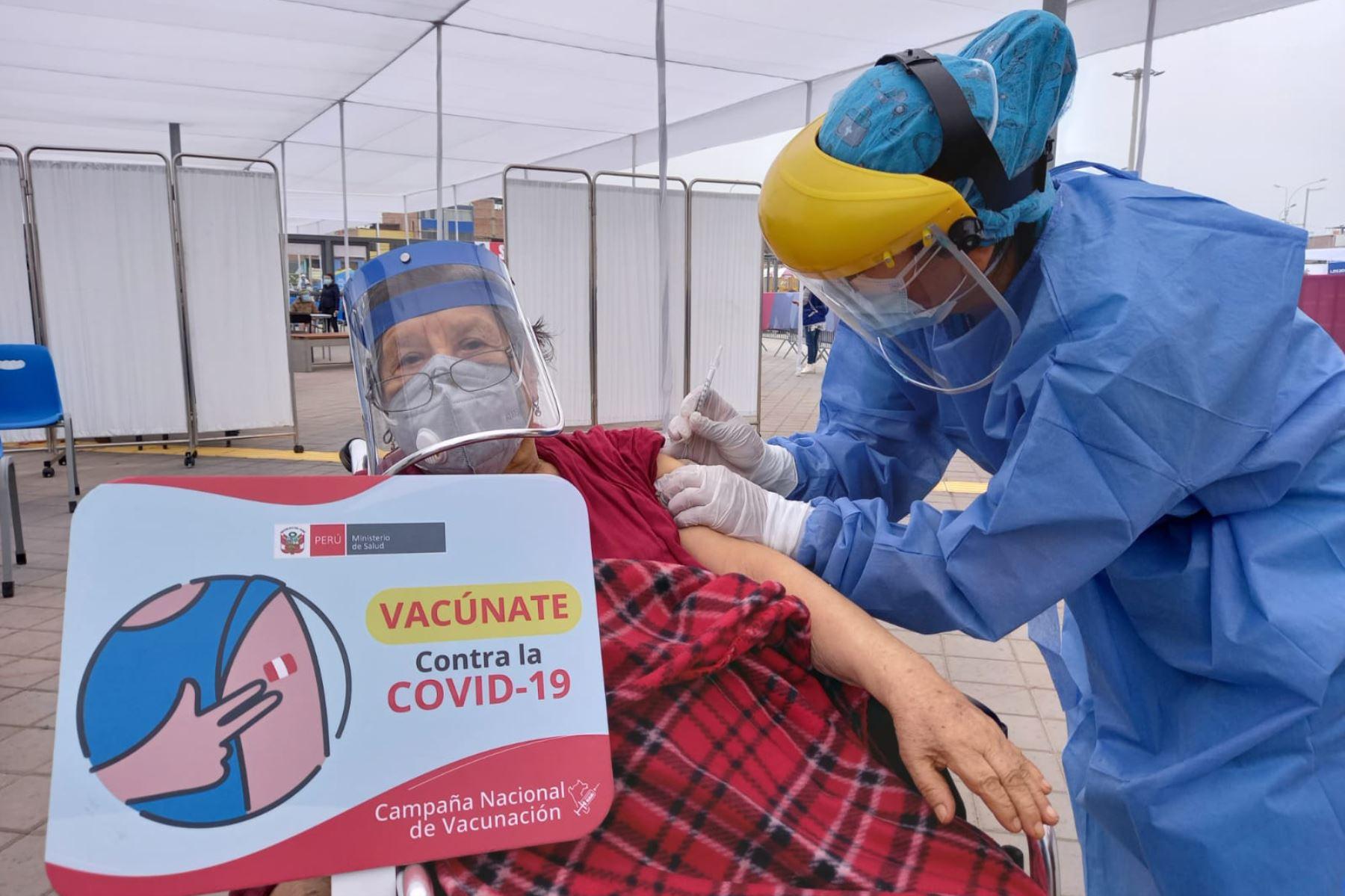 Los equipos de vacunación de la Diris Lima Sur iniciaron la inmunización de la segunda dosis contra la covid-19 a los adultos mayores de 80 años de Chorrillos, San Juan de Miraflores, Villa María Del Triunfo y Villa El Salvador. Foto: ANDINA/@DIRISLimaSur