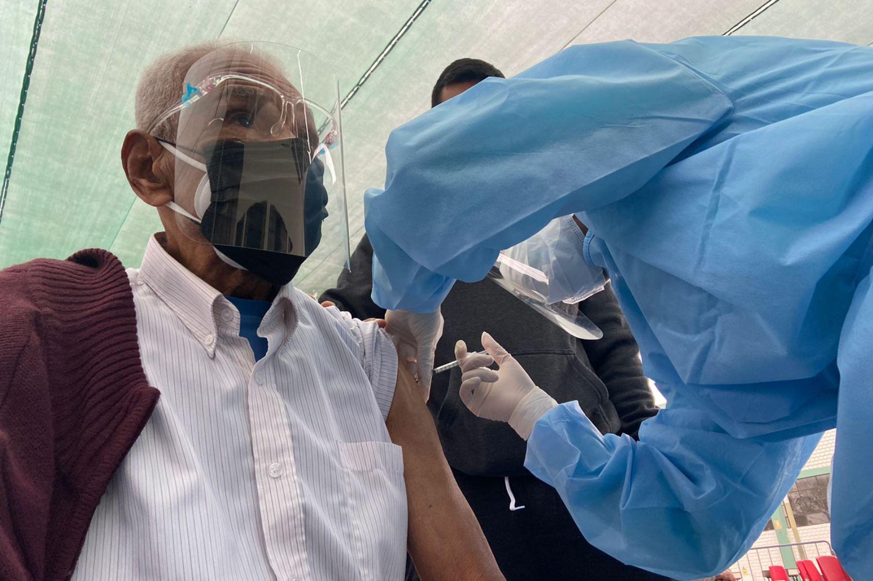 Los equipos de vacunación de la Diris Lima Sur iniciaron la inmunización de la segunda dosis contra la COVID-19 a los adultos mayores de 80 años de Chorrillos, San Juan de Miraflores, Villa María Del Triunfo y Villa El Salvador. Ministerio de Salud Foto:ANDINA/DIRISLimaSur