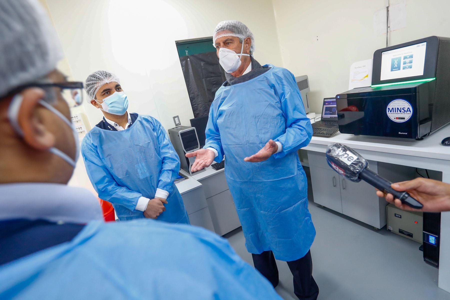 El presidente Francisco Sagasti visita el Laboratorio de Biomedicina del Instituto Nacional de Salud, acompañado por el ministro de Salud, Óscar Ugarte y el jefe del Instituto Nacional de Salud, Víctor Suarez Moreno. Foto: ANDINA/Prensa Presidencia