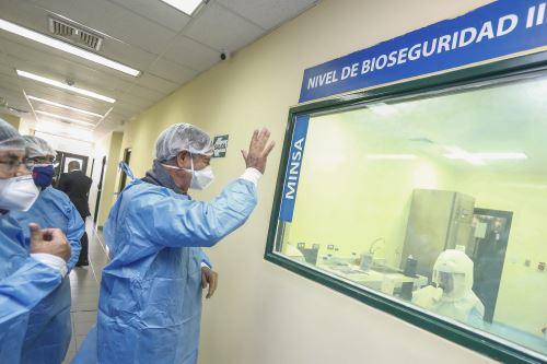 Presidente Francisco Sagasti visita el Laboratorio de Biomedicina del Instituto Nacional de Salud