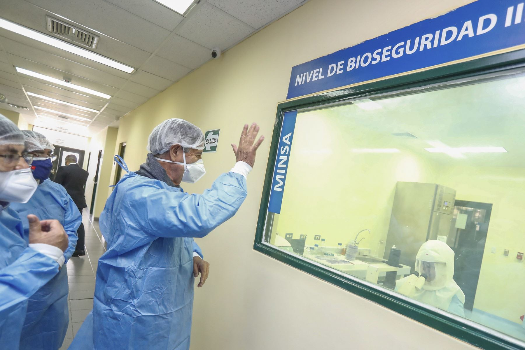 El presidente Francisco Sagasti visita el Laboratorio de Biomedicina del Instituto Nacional de Salud, acompañado por el ministro de Salud, Óscar Ugarte y el jefe del Instituto Nacional de Salud, Víctor Suárez Moreno. Foto: ANDINA/Prensa Presidencia