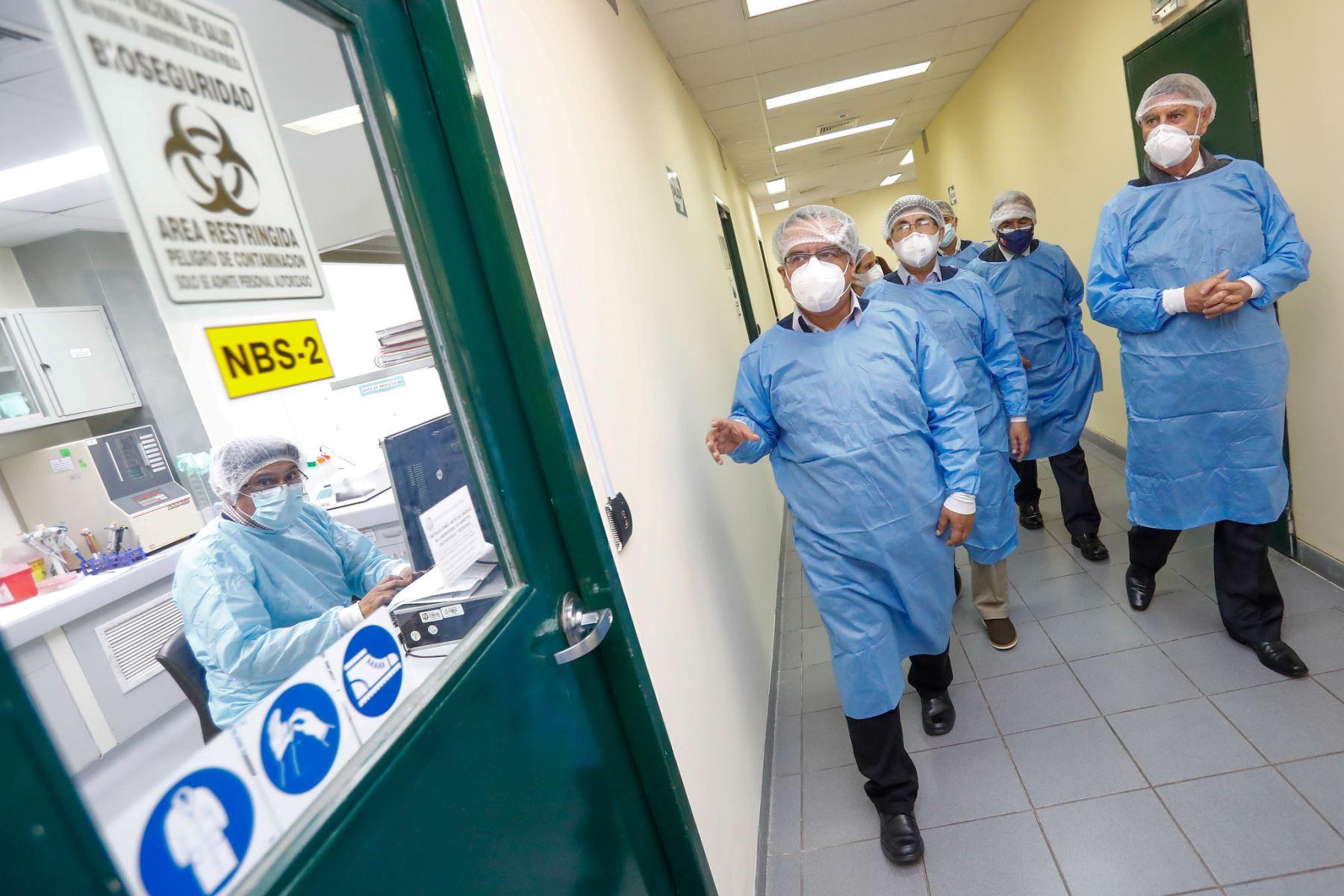 El presidente Francisco Sagasti visita el Laboratorio de Biomedicina del Instituto Nacional de Salud , acompañado por el Ministro de Salud, Óscar Ugarte Ubilluz y el Jefe del Instituto Nacional de Salud, Víctor Suarez Moreno. Foto: ANDINA/Prensa Presidencia