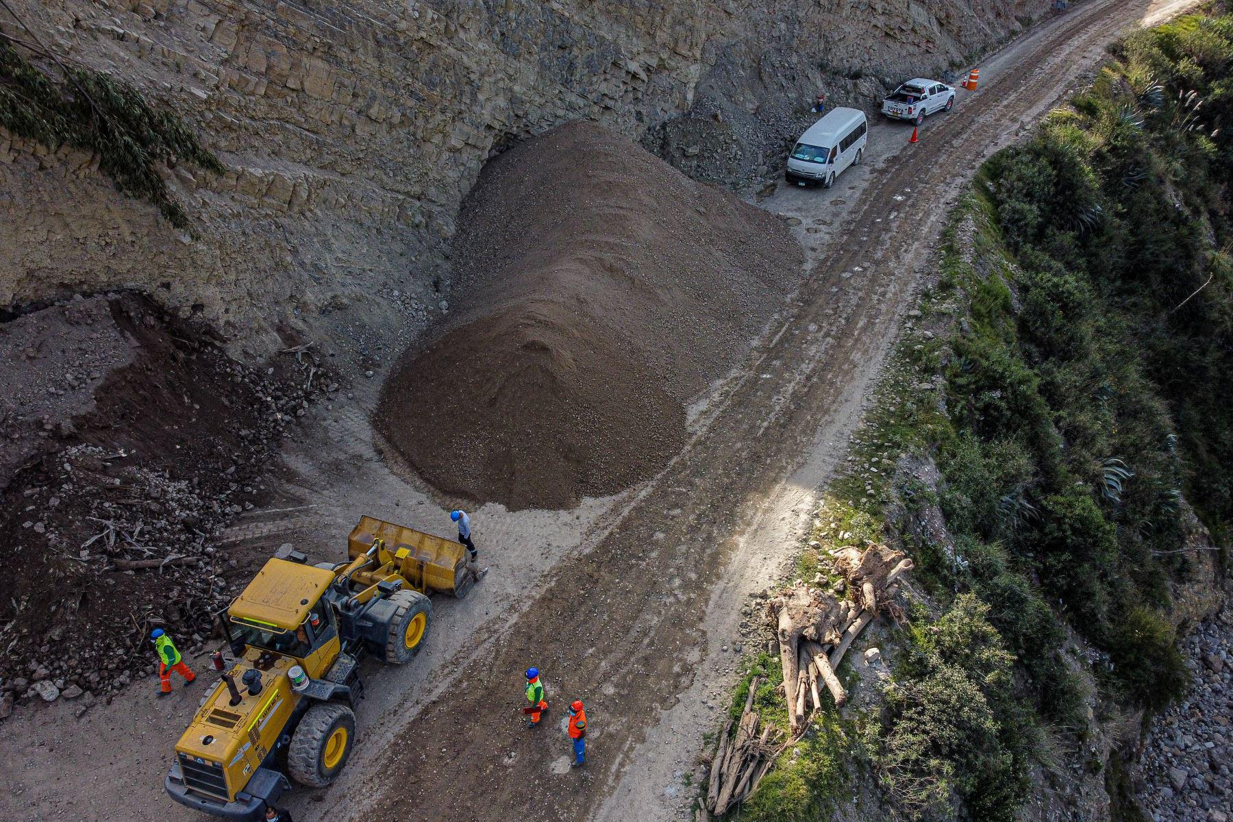El Ministro de Trabajo Javier Palacios Gallegos, supervisó los trabajos de carretera, que Proregión realiza en el departamento de Huancavelica. Foto: ANDINA/Ministerio de Trabajo
